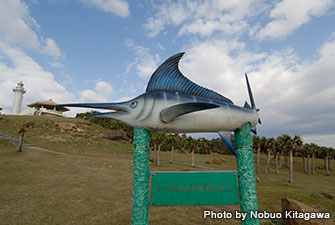 "This is the sailfish monument of Yonaguni, standing in Irizaki. Sailfish fishing is famous in Yonaguni Island, and a big competition is held. ""Monument of the Westernmost Point of Japan"" is also nearby"