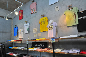 "There are T-shirts and original products at the souvenir shop ""onemahina"""